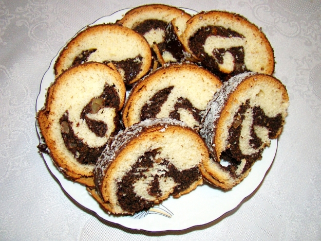 Makowiec (Polish Poppy Seed cake) (By Silar (Own work) [GFDL (http://www.gnu.org/copyleft/fdl.html) or CC BY-SA 3.0 (http://creativecommons.org/licenses/by-sa/3.0)], via Wikimedia Commons)