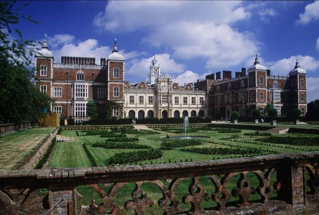 Photo One by By Allan Engelhardt - Hatfield House, CC BY-SA 2.0, https://commons.wikimedia.org/w/index.php?curid=4585384